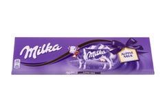 BURGAS BULGARIEN - MAJ 17, 2017: Milka Swiss mjölkar chokladstången som isoleras på vit bakgrund Gjord Milka Alpine Milk choklads Arkivbilder