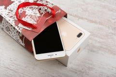 BURGAS, BULGARIEN - 22. OKTOBER 2016: Neue Apple-iPhone 7 Plusgold auf weißem Hintergrund, Weihnachtsgeschenk, illustrativer Leit Stockfotografie