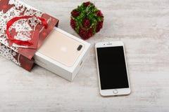 BURGAS, BULGARIEN - 22. OKTOBER 2016: Neue Apple-iPhone 7 Plusgold auf weißem Hintergrund, Weihnachtsgeschenk, illustrativer Leit Lizenzfreie Stockfotografie