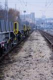 Burgas, Bulgarije - Januari 24, 2017 - de trein van de Vrachtlading - zwarte auto'swagens - Nieuwe axled vlakke wagen 6 - Type: S Stock Afbeelding