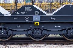 Burgas, Bulgarije - Januari 24, 2017 - de trein van de Vrachtlading - zwarte auto'swagens - Nieuwe axled vlakke wagen 6 - Type: S Royalty-vrije Stock Afbeelding