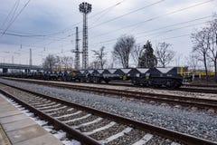 Burgas, Bulgarije - Januari 24, 2017 - de trein van de Vrachtlading - zwarte auto'swagens - Nieuwe axled vlakke wagen 6 - Type: S Royalty-vrije Stock Fotografie