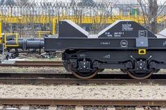 Burgas, Bulgarije - Januari 24, 2017 De trein van de vrachtlading - zwarte auto'swagens Nieuwe 6 axled vlakke wagen, Type: Sahmmn Royalty-vrije Stock Foto