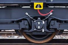 Burgas, Bulgarije - Januari 24, 2017 - Wiel - de trein van de Vrachtlading - zwarte auto'swagens - Nieuwe axled vlakke wagen 6 -  Stock Fotografie