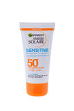 BURGAS, BULGARIJE - MEI 22, 2017: De Zonroom van Garnier Ambre Solaire Sensitive Face en van de Hals SPF50 50ml op wit wordt geïs Royalty-vrije Stock Foto