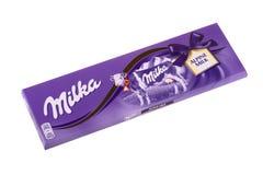 BURGAS, BULGARIJE - MEI 17, 2017: Milka Swiss-melkchocolabar op witte achtergrond wordt geïsoleerd die Milka Alpine Milk-gemaakte Stock Afbeeldingen