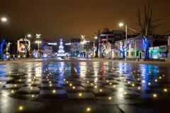 Burgas miasto Bułgaria, Grudzień, - 08, 2014 Bożenarodzeniowa dekoracja przy nocą Fotografia Stock