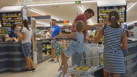 Burgaswandelgalerij Galleria het grootste winkelcentrum in Bulgarije stock video