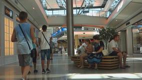 Burgaswandelgalerij Galleria het grootste winkelcentrum in Bulgarije dat honderden klanten en toeristen elke dag bezoeken stock video