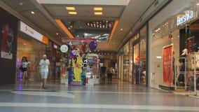Burgaswandelgalerij Galleria het grootste winkelcentrum in Bulgarije dat honderden klanten en toeristen elke dag bezoeken stock footage