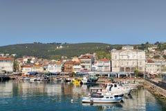 Burgazada海岛看法从海的有避暑别墅和一个小清真寺的,马尔马拉海,在伊斯坦布尔附近,土耳其 免版税图库摄影