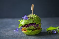 Burger αβοκάντο με πράσινο patty Στοκ Εικόνες