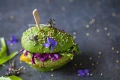 Burger αβοκάντο με πράσινο patty Στοκ φωτογραφία με δικαίωμα ελεύθερης χρήσης