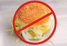 burger ανασκόπησης τα βαθιά τρόφιμα ψαριών αγγουριών έννοιας κοτόπουλου τυριών τηγάνισαν την ντομάτα σάντουιτς μαρουλιού παλιοπρα Στοκ Εικόνα