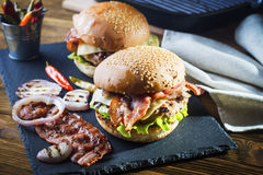 burger ανασκόπησης dof φρέσκο χαμηλό νόστιμο λευκό στοκ εικόνες