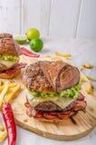 Burger βόειου κρέατος με την εμβύθιση αβοκάντο στοκ φωτογραφίες με δικαίωμα ελεύθερης χρήσης