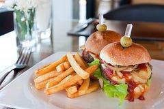 Burger βόειου κρέατος με τις τηγανιτές πατάτες και τη σάλτσα κέτσαπ Στοκ Φωτογραφία