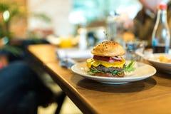 Burger βόειου κρέατος με το λειωμένο τυρί Στοκ Εικόνες