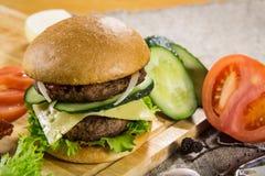 Burger βόειου κρέατος με το τυρί και τα λαχανικά Στοκ φωτογραφίες με δικαίωμα ελεύθερης χρήσης