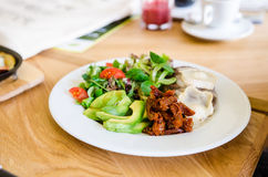 Burger βόειου κρέατος με το τυρί, το μπέϊκον και τη σαλάτα Στοκ Φωτογραφίες