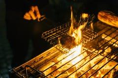 Burger βόειου κρέατος σχάρα με το κάψιμο του ξυλάνθρακα με την πυρκαγιά στη σόμπα με τη σχάρα στην κορυφή στη Μπανγκόκ, Ταϊλάνδη Στοκ φωτογραφία με δικαίωμα ελεύθερης χρήσης