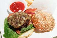 Burger βόειου κρέατος Στοκ εικόνες με δικαίωμα ελεύθερης χρήσης