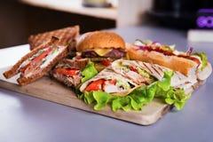 Burger γρήγορου φαγητού περικάλυμμα κοτόπουλου σάντουιτς χοτ-ντογκ στοκ εικόνες