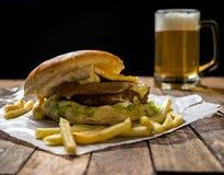 Burger και μπύρα Στοκ φωτογραφία με δικαίωμα ελεύθερης χρήσης