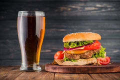 Burger και μπύρα Στοκ Εικόνες