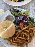 Burger και τηγανητά στο Κεμπέκ στοκ εικόνες με δικαίωμα ελεύθερης χρήσης