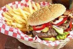 Burger και τηγανητά Στοκ Εικόνα