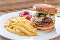 Burger και τηγανιτές πατάτες Στοκ εικόνα με δικαίωμα ελεύθερης χρήσης