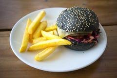 Burger και τσιπ κακοποιών Στοκ εικόνες με δικαίωμα ελεύθερης χρήσης