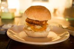 Burger κοτόπουλου Koh στο νησί Rong Sanloem, Καμπότζη Στοκ φωτογραφία με δικαίωμα ελεύθερης χρήσης