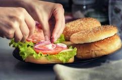 Burger μαγειρέματος έννοια Στοκ Φωτογραφίες