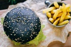 Burger με τα τηγανητά και το κέτσαπ Στοκ εικόνες με δικαίωμα ελεύθερης χρήσης