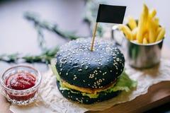 Burger με τα τηγανητά και το κέτσαπ Στοκ φωτογραφία με δικαίωμα ελεύθερης χρήσης