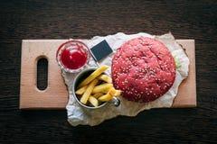 Burger με τα τηγανητά και το κέτσαπ Στοκ Εικόνες