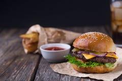 Burger με την κρύα μπύρα και τα τηγανητά Στοκ εικόνα με δικαίωμα ελεύθερης χρήσης