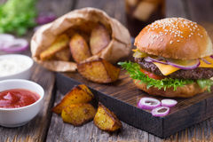 Burger με την κρύα μπύρα και τα τηγανητά Στοκ φωτογραφία με δικαίωμα ελεύθερης χρήσης