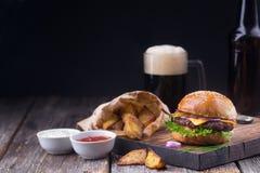 Burger με την κρύα μπύρα και τα τηγανητά Στοκ Φωτογραφία
