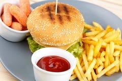 Burger με τη σάλτσα και τα τηγανητά Στοκ φωτογραφία με δικαίωμα ελεύθερης χρήσης