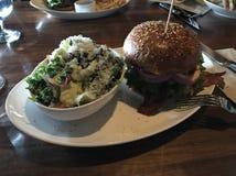 Burger με τις σαλάτες Στοκ φωτογραφία με δικαίωμα ελεύθερης χρήσης