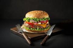 Burger με το βόειο κρέας και το τυρί Στοκ Φωτογραφίες