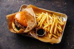 Burger με το κρέας και τις τηγανιτές πατάτες στοκ φωτογραφία