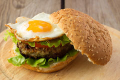 Burger με το τηγανισμένο αυγό Στοκ Εικόνες