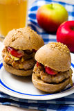 Burger με το χοιρινό κρέας και το μήλο στοκ φωτογραφία