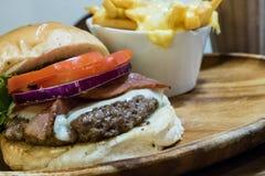 Burger μπέϊκον με τα τηγανητά τυριών Στοκ φωτογραφία με δικαίωμα ελεύθερης χρήσης