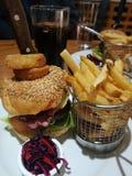 Burger μπέϊκον τυριών με τα τσιπ και το επιλεγμένο κόκκινο λάχανο στοκ εικόνες