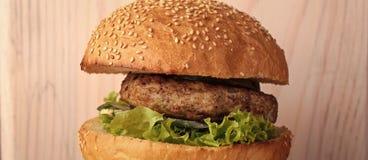 burger νόστιμο μεγάλο νόστιμο ορεκτικό φρέσκο burger Στοκ Φωτογραφία